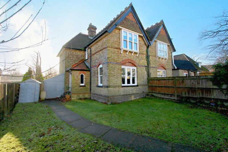 3 Bedrooms Semi Detached House for sale in Chaldon Road, Caterham