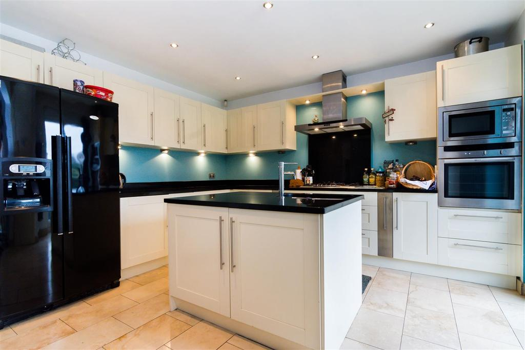 3 Bedrooms Terraced House for sale in Hall Lane, Horsforth, Leeds