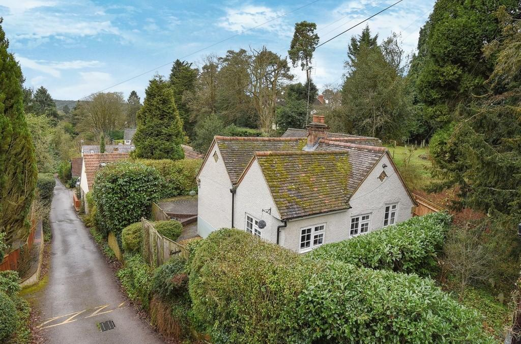 2 Bedrooms Detached Bungalow for sale in Old Church Lane, Farnham