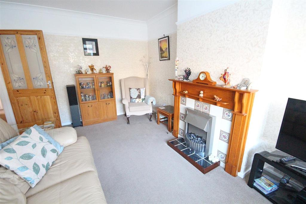 2 Bedrooms Semi Detached Bungalow for sale in Oakdene Crescent, Portslade, Brighton