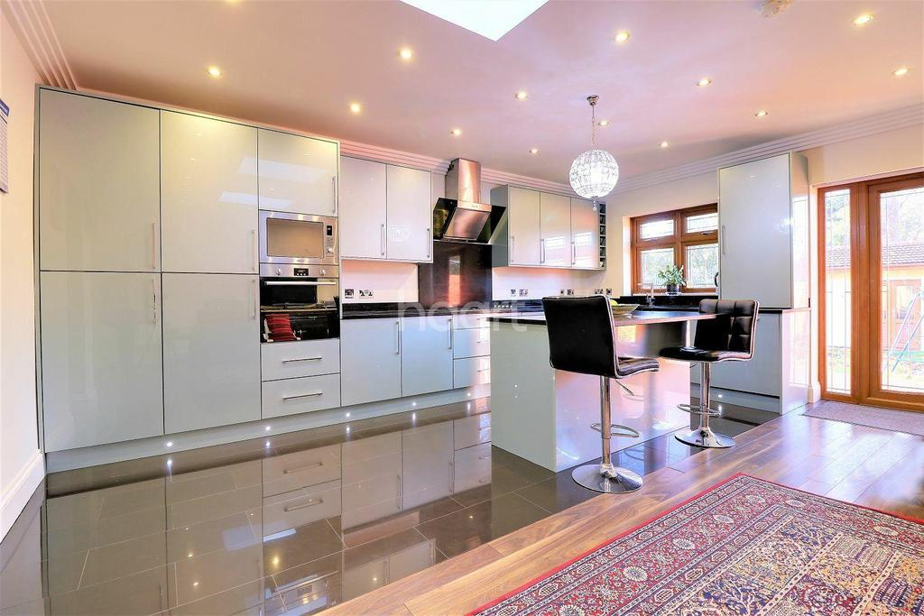 7 Bedrooms End Of Terrace House for sale in Royston Gardens, Ilford, Essex