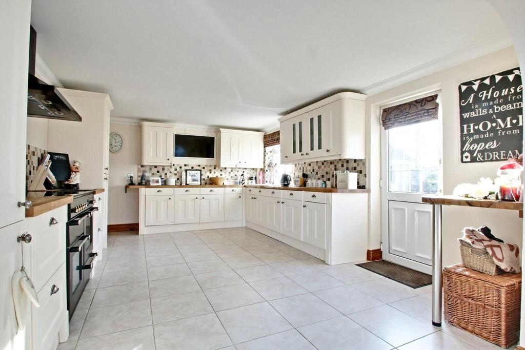 4 Bedrooms Bungalow for sale in Hodges Holt, Maldon Road, Witham