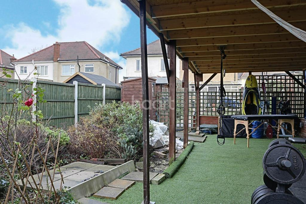 3 Bedrooms Semi Detached House for sale in Lynwood Drive, Collier Row, Romford
