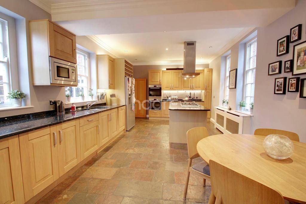 4 Bedrooms Detached House for sale in Heath Drive, Gidea Park