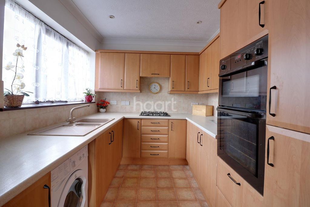 3 Bedrooms Bungalow for sale in Darby Green Lane, Surrey