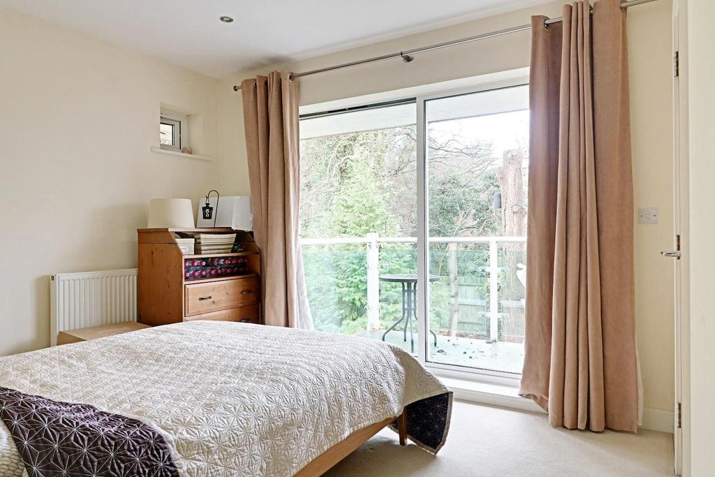 2 Bedrooms Flat for sale in Hill View, Dorking