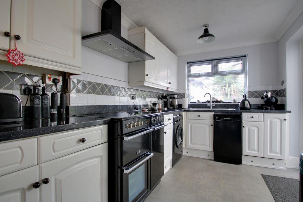 3 Bedrooms Terraced House for sale in Balmoral Road, Northampton
