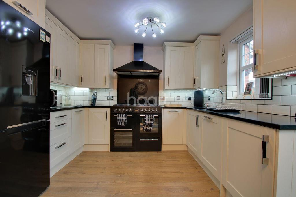 3 Bedrooms Detached House for sale in Rutley Close, Harold Wood, RM3 0ZE