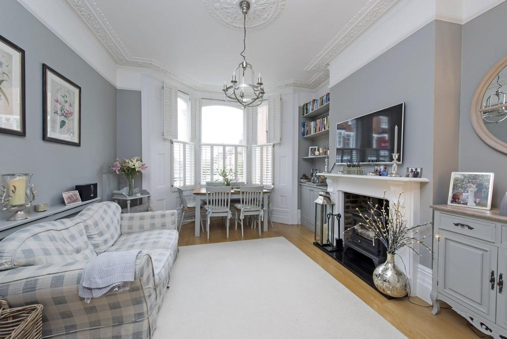 3 Bedrooms Ground Flat for sale in Lavender Sweep, Battersea, London
