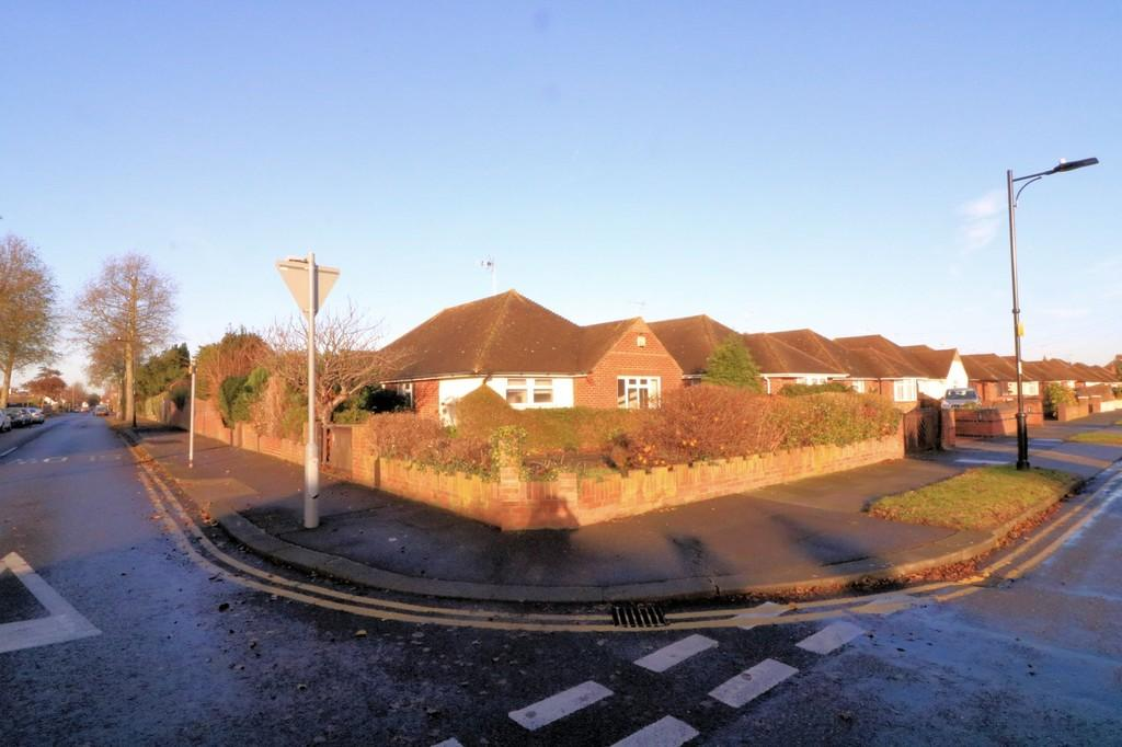 2 Bedrooms Detached Bungalow for sale in Marcus Avenue, Thorpe Bay