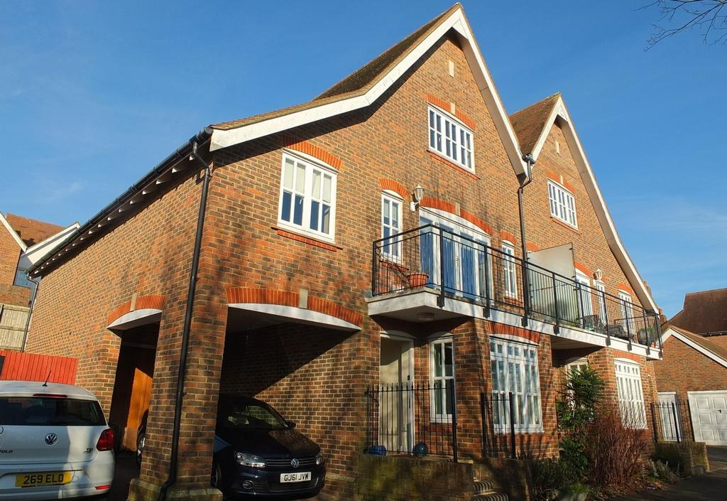 4 Bedrooms House for sale in Cattswood Lane, Bolnore Village, Haywards Heath, RH16