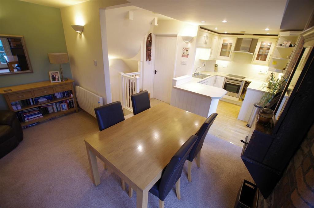 2 Bedrooms Apartment Flat for sale in Beestonley Lane, Barkisland, Halifax