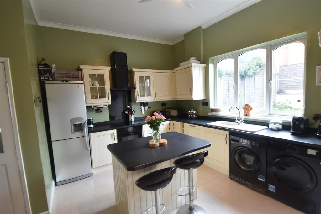 3 Bedrooms Semi Detached House for sale in Colley Lane, Halesowen