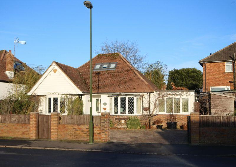 3 Bedrooms Detached Bungalow for sale in Vale Road, Haywards Heath