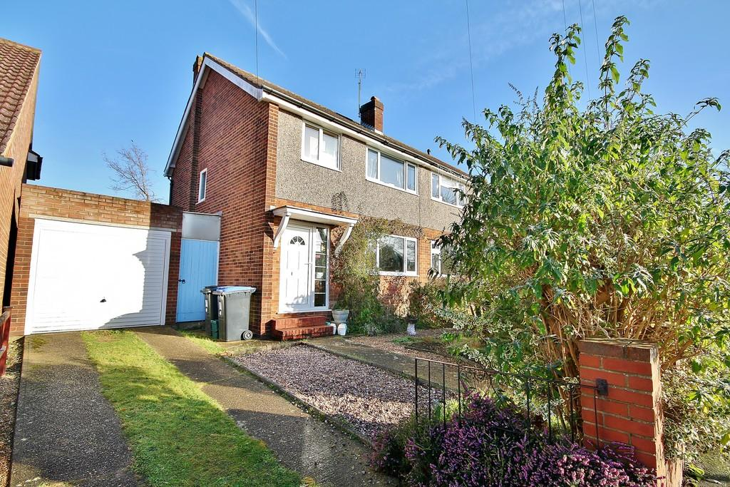 3 Bedrooms Semi Detached House for sale in St Johns, Woking