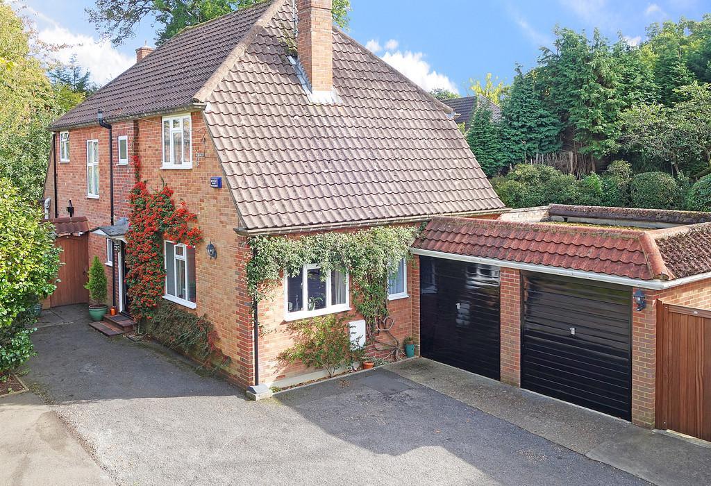 4 Bedrooms Detached House for sale in St. John's, Surrey