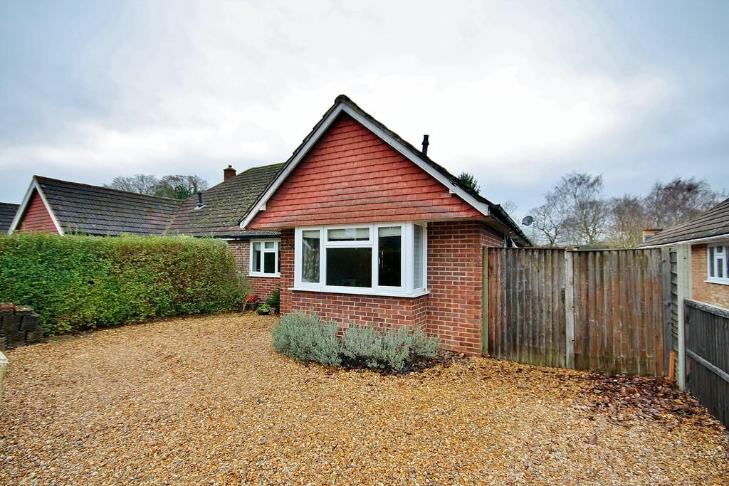 3 Bedrooms Semi Detached Bungalow for sale in Send Close, Send