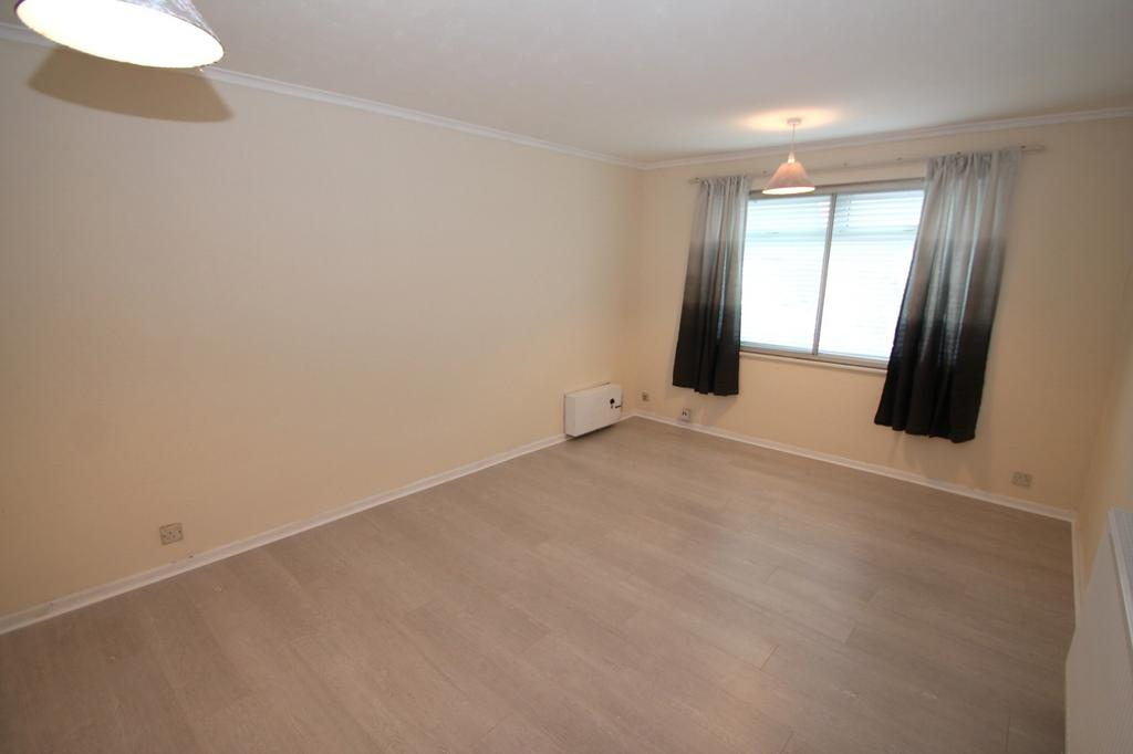 2 Bedrooms Flat for rent in Whitley Close, Stanwell, Staines-Upon-Thames, TW19