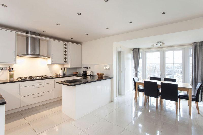 4 Bedrooms Semi Detached House for sale in Kynaston Road, Bromley