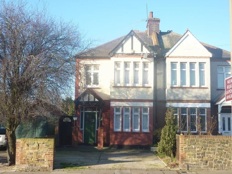 3 Bedrooms Semi Detached House for rent in Hamstel Road, Southend-On-Sea