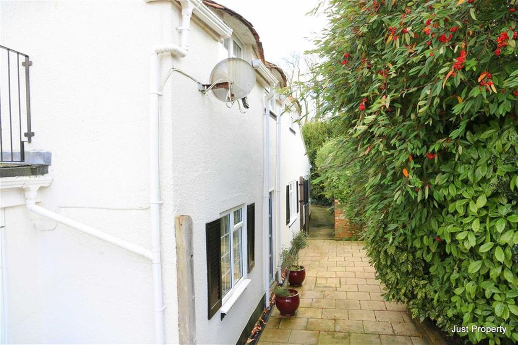 3 Bedrooms Detached House for sale in The Green, St Leonards On Sea