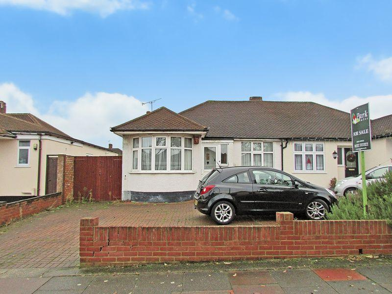 3 Bedrooms Semi Detached Bungalow for sale in Wren Road, Sidcup