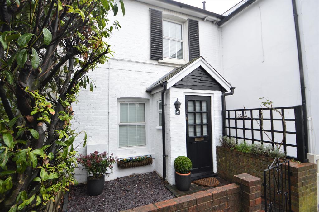 2 Bedrooms Cottage House for sale in Heath Road, Weybridge, Surrey, KT13