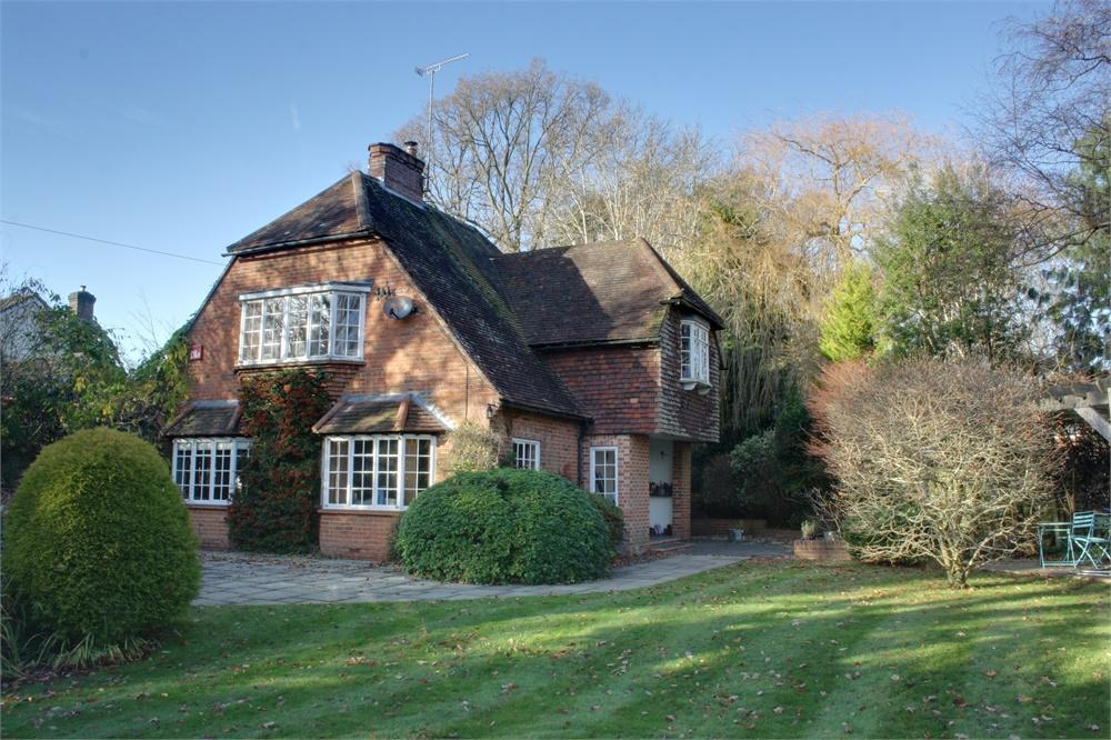 4 Bedrooms Detached House for sale in Echo Barn Lane, Wrecclesham, Farnham, Surrey
