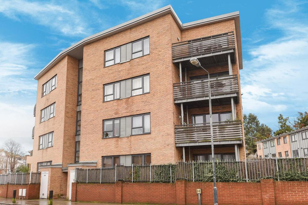 2 Bedrooms Flat for sale in Victoria Way, Charlton