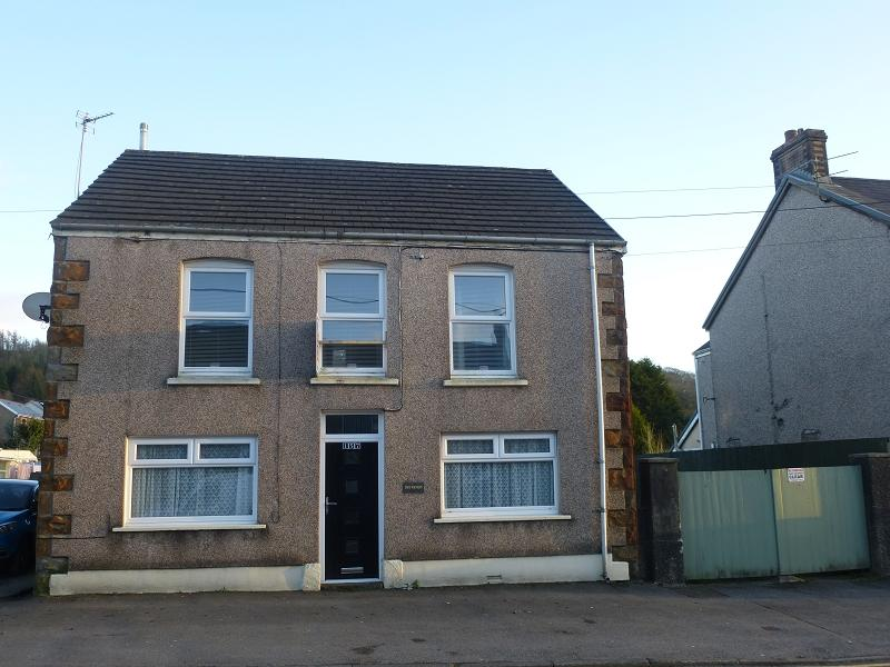 3 Bedrooms Detached House for sale in Cwmamman Road, Glanamman, Ammanford, Carmarthenshire.