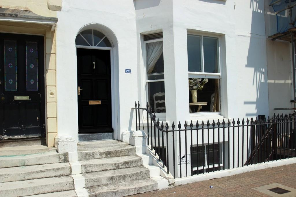 2 Bedrooms Ground Flat for sale in South Terrace, Littlehampton
