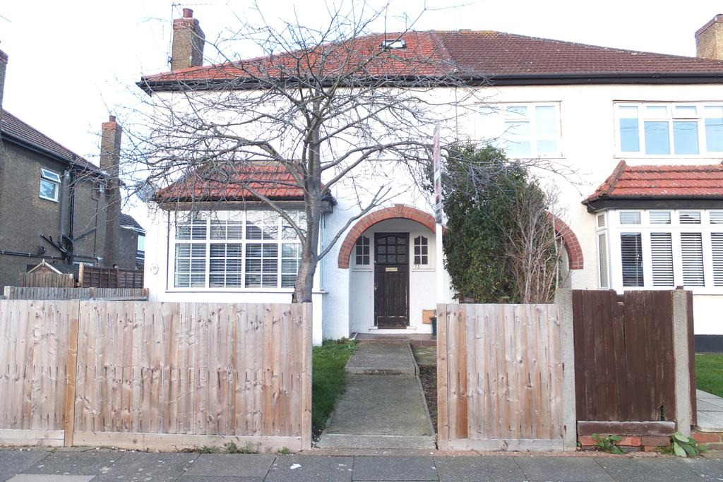 2 Bedrooms Flat for rent in Station Crescent, Ashford