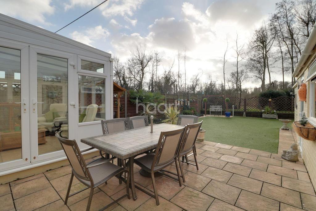 3 Bedrooms Bungalow for sale in Coleford Bridge Road, Mytchett