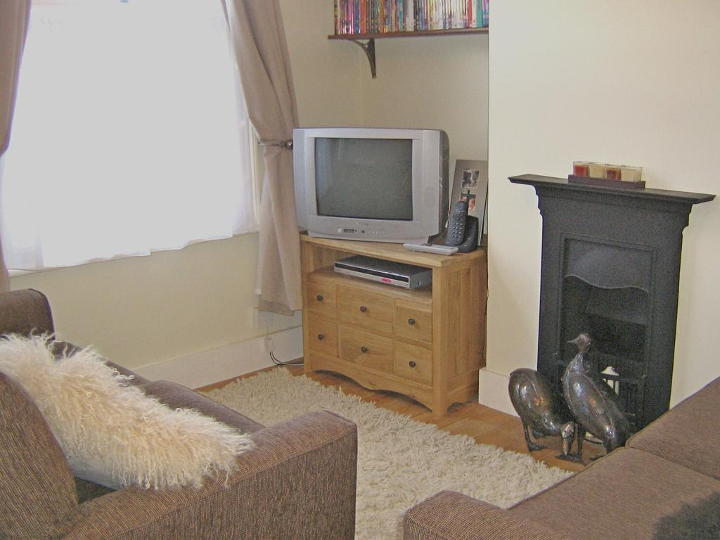 2 Bedrooms Terraced House for sale in IDMISTON SQUARE, WORCESTER PAK KT4
