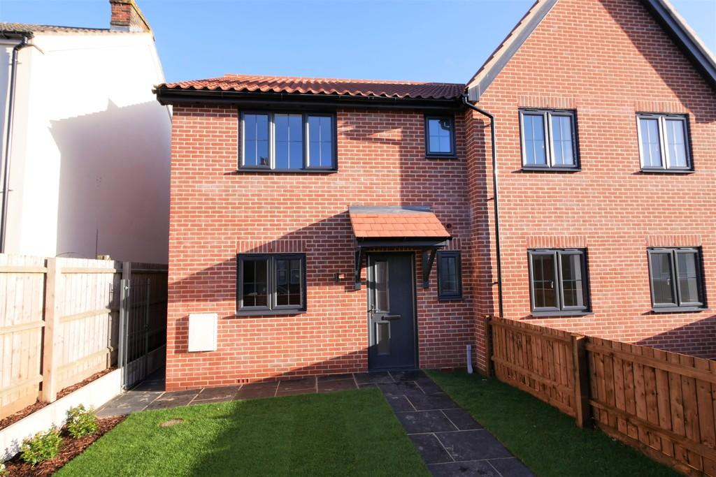 3 Bedrooms Semi Detached House for sale in 4 Railway Mews, Cauldwell Hall Road, Ipswich