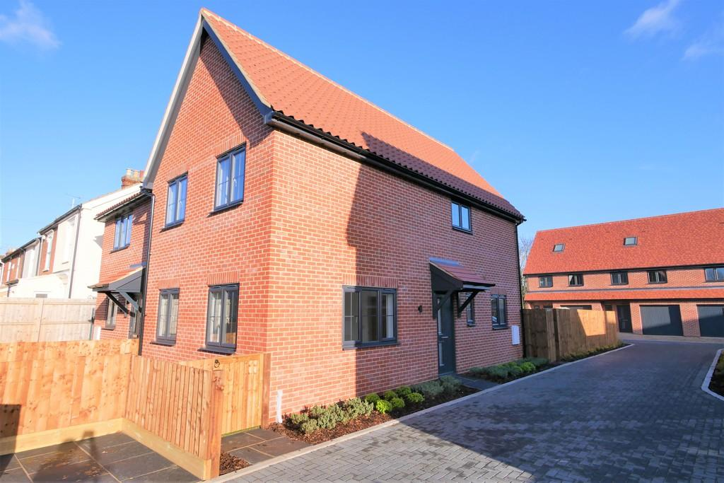 3 Bedrooms Semi Detached House for sale in 3 Railway Mews, Cauldwell Hall Road, Ipswich