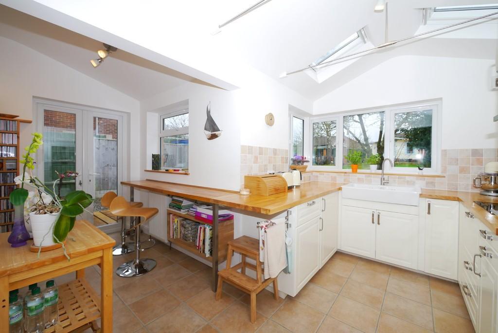 3 Bedrooms Semi Detached House for sale in Stradbroke Road, Pakefield, Lowestoft