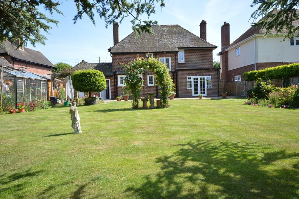 3 Bedrooms Detached House for sale in Chestnut Avenue, Barton On Sea, New Milton