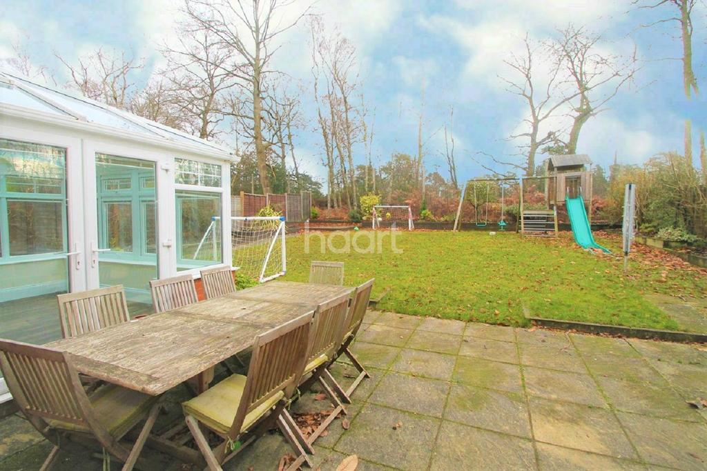4 Bedrooms Detached House for sale in Whitewater Road, Fleet
