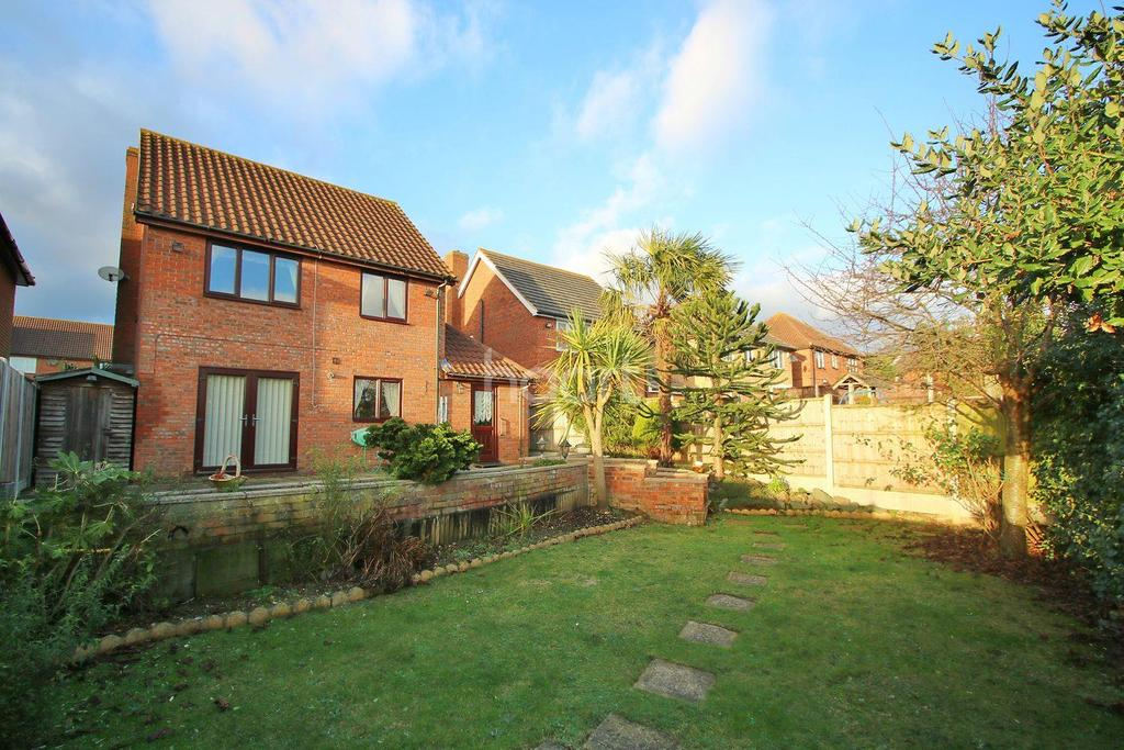 3 Bedrooms Detached House for sale in Mountview Close, Basildon