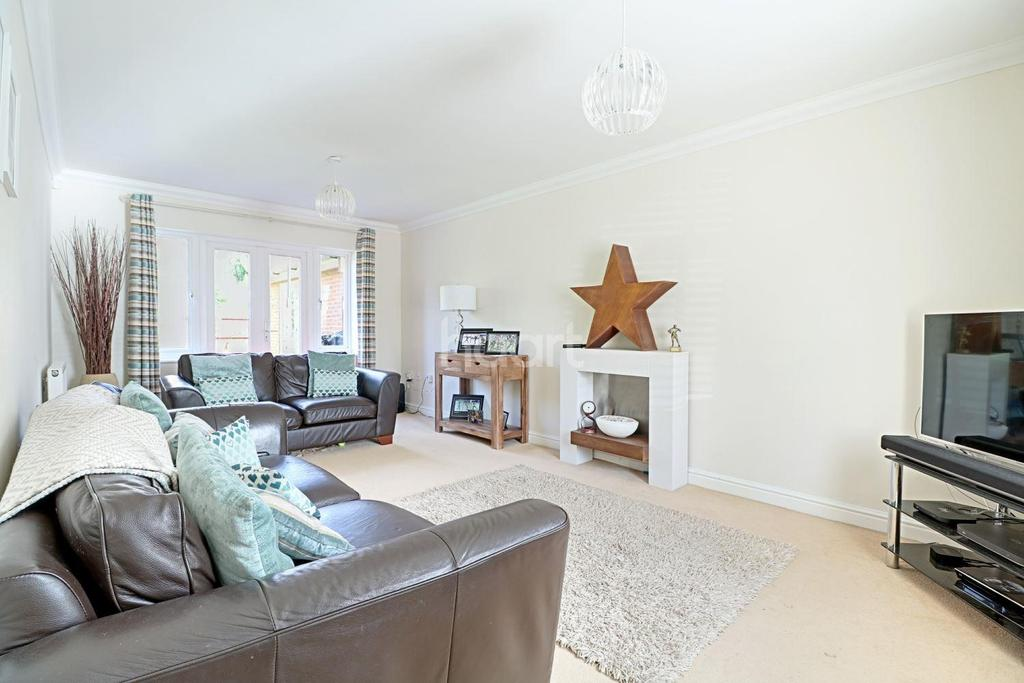 5 Bedrooms Detached House for sale in Kingsmead
