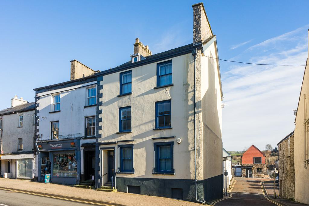 2 Bedrooms Flat for sale in Flat 2, 141 Highgate, Kendal, Cumbria LA9 4EN
