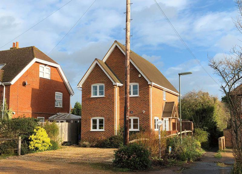 3 Bedrooms Detached House for sale in The Common, Cranleigh