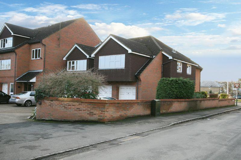 2 Bedrooms Apartment Flat for sale in Sussex House, Victoria Road, Farnham Common, Bucks SL2