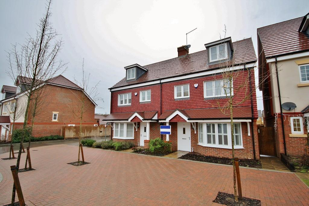 4 Bedrooms Semi Detached House for rent in Brookwood Farm Drive, Knaphill