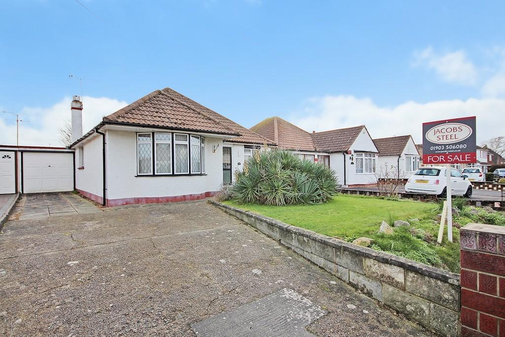 3 Bedrooms Detached Bungalow for sale in Terringes Avenue, Worthing BN13 1JS