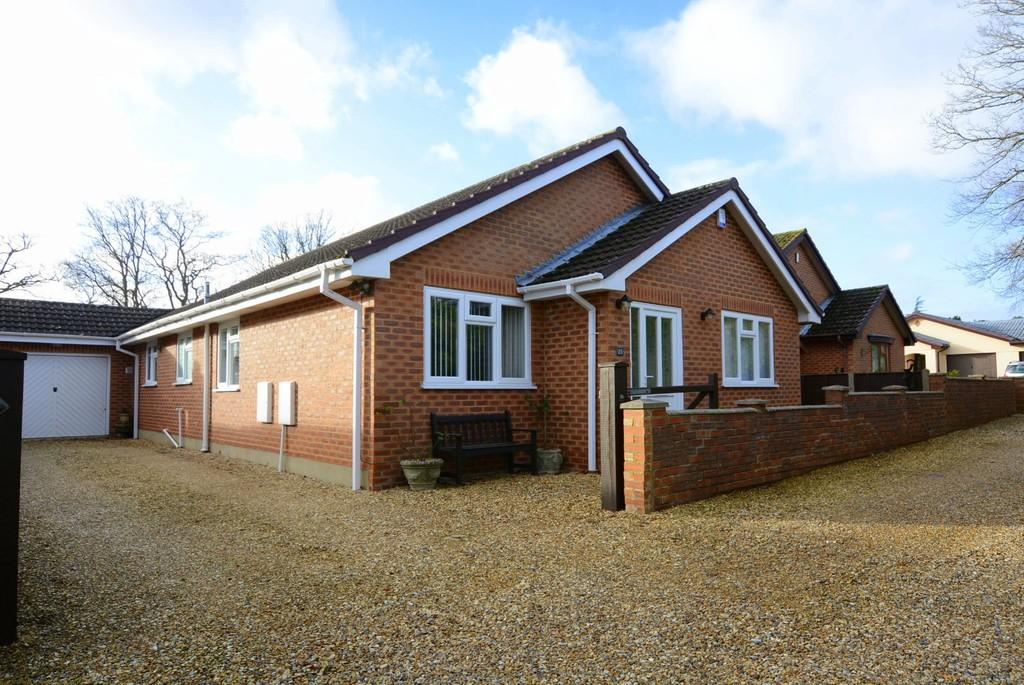 3 Bedrooms Detached Bungalow for sale in Sherwood Drive, Verwood