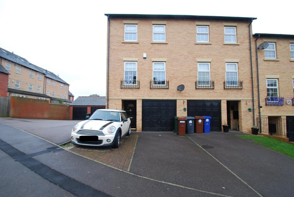 3 Bedrooms Town House for sale in 15 Heathfields, Barnsley S70