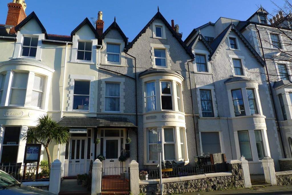 3 Bedrooms Flat for rent in Llandudno Town