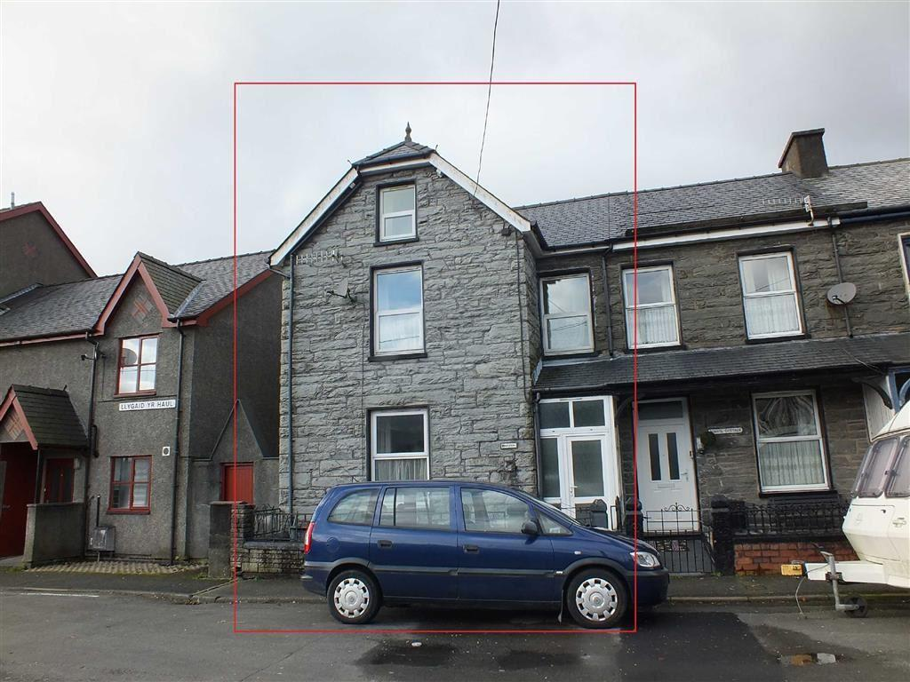 5 Bedrooms Semi Detached House for sale in The Square, Blaenau Ffestiniog